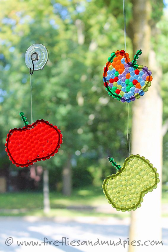 Apple Suncatchers are a great fall craft for kids! Practice fine-motor skills, learn colors, and get creative! | Fireflies and Mud Pies