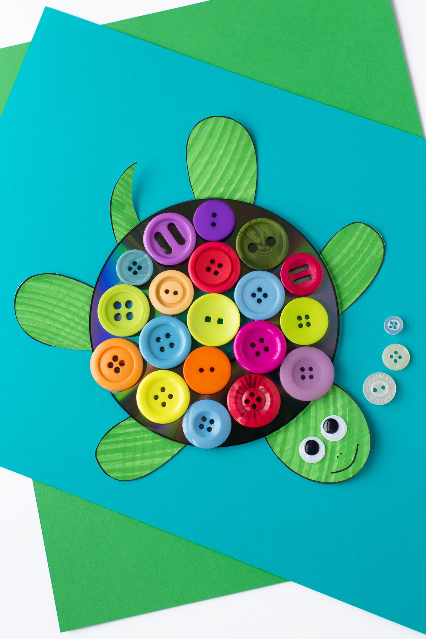 This easy and fun CD & Button Turtle Craft for kids includes a free printable turtle template, making it perfect for home or school. #turtle #craft via @firefliesandmudpies