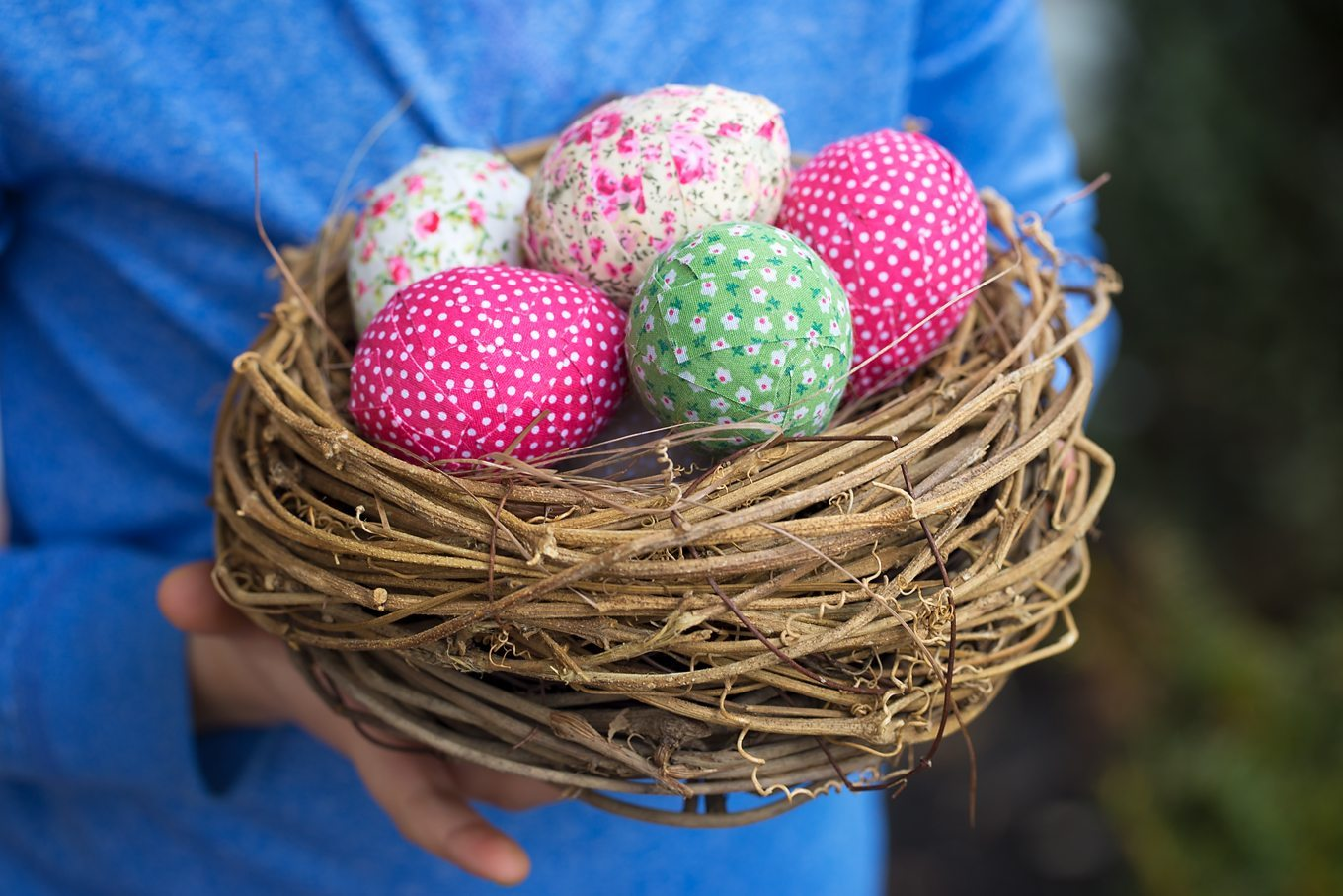 Loving these colorful shabby chic inspired Easter eggs! They are a fun Easter craft for kids too!