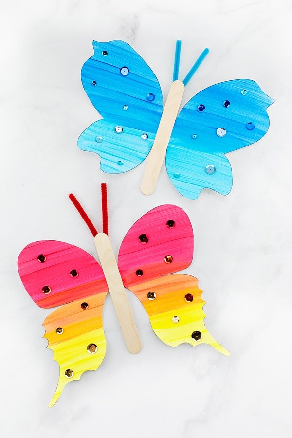 Looking for an easy and fun paper butterfly craft for kids? This fluttering butterfly craft includes a printable template, making it perfect for home, school, or special butterfly programs at libraries, museums, or butterfly exhibits. #butterflycrafts #preschoolcrafts #papercrafts #easycraftsforkids