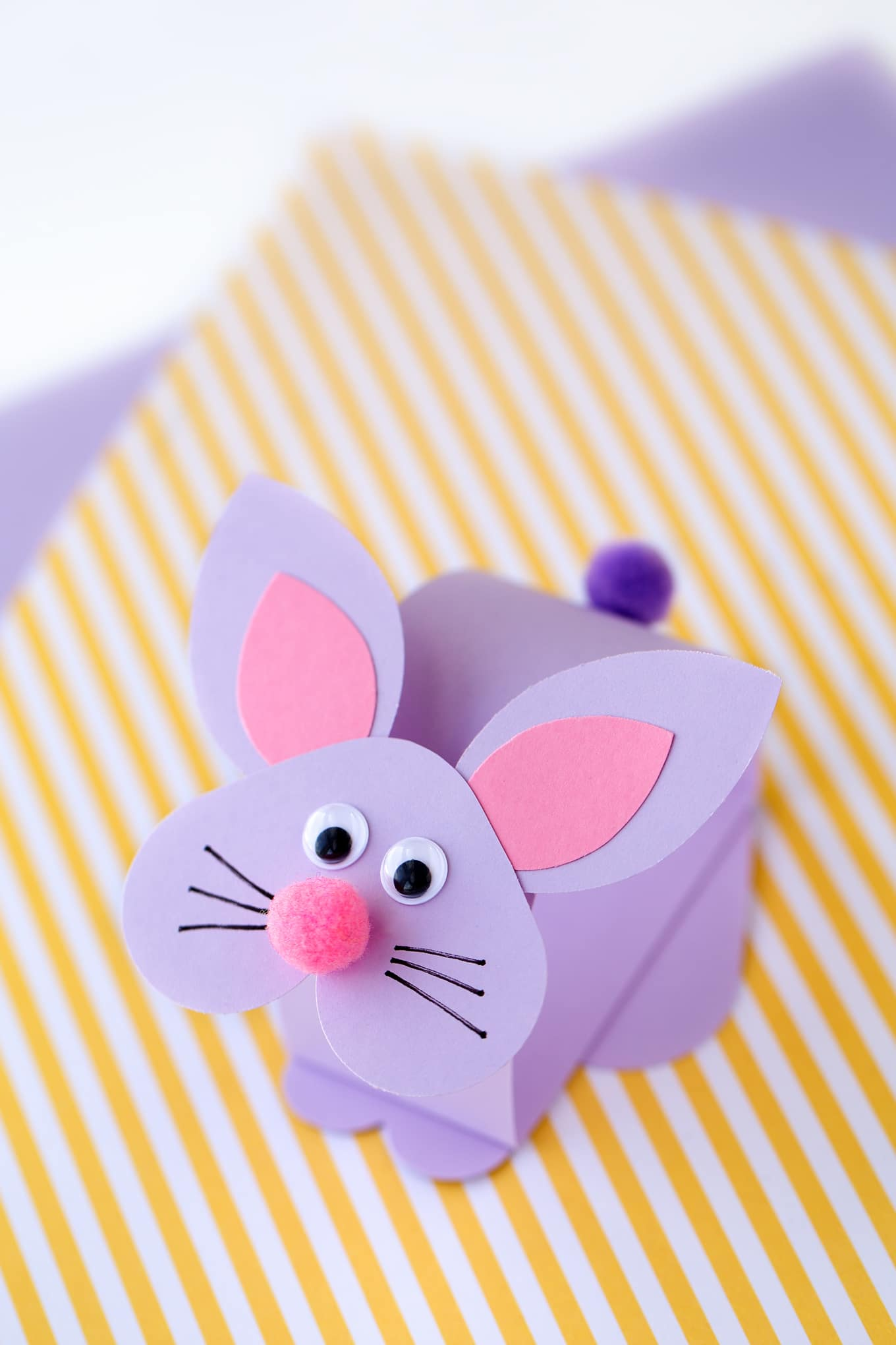 Kids of all ages will love this easy and fun bobbling bunny craft. Perfect for spring!