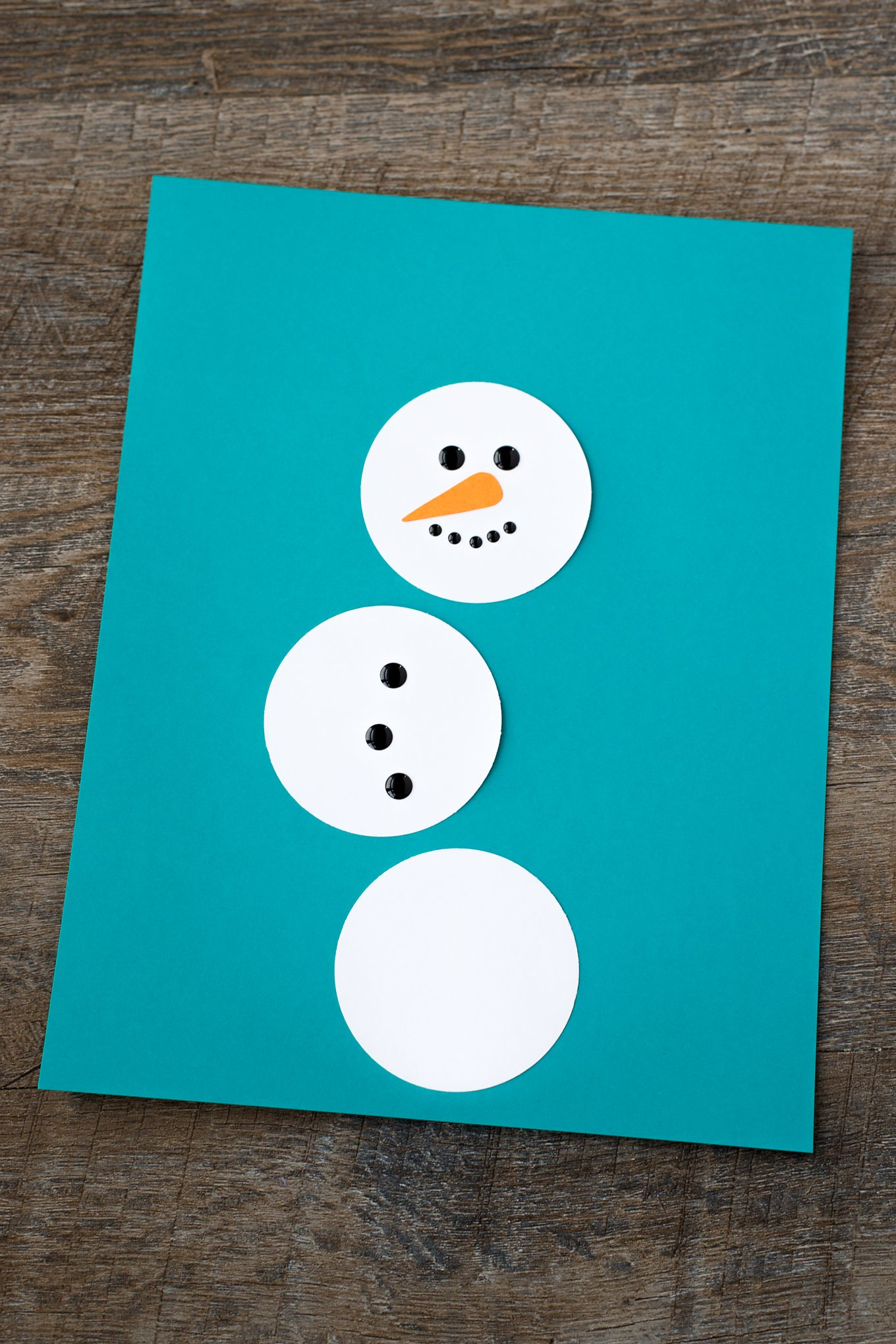 Winter is the perfect season for snowman crafts! Whether kids are learning about snow and snowflakes or simply enjoying a winter craft at home, this open-ended paper snowman craft is a fun way to extend your winter unit.