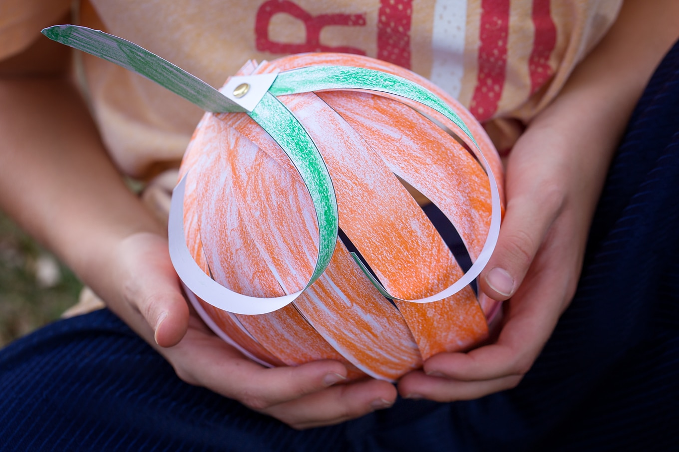Kids love this easy paper strip pumpkin craft! This simple fall craft includes a free printable template, making it perfect for home or school.